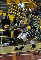 BOGOTA - COLOMBIA - 26-04-2013: Thomas (Izq.) de Piratas de Bogotá, disputa el balón con Aragon (Der.) de Academia de la Montaña de Medellin, abril 26 de 2013. Piratas y Academia de la Montaña en partido de la quinta fecha de la fase II de la Liga Directv Profesional de baloncesto en partido jugado en el Coliseo El Salitre. (Foto: VizzorImage / Luis Ramírez / Staff). Thomas (L) of Piratas from Bogota, fights for the ball with Aragon (R) of Academia de la Montaña from Medellin, April 26, 2013. Piratas and Academia de la Montaña in the fifth match of the phase II of the Directv Professional League basketball, game at the Coliseum El Salitre. (Photo: VizzorImage / Luis Ramirez / Staff).