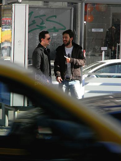 ROUMANIE, Bucarest, Piata Romana, 9.11.2011.  Gens du transport publique. Deux hommes parlent, obtures par une voiture. © Ioana Constantina/ Florian Iancu