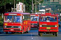 Transporte de carga e transporte coletivo em São Paulo. 1988. Foto de Juca Martins.