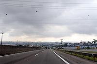 CAMPINAS, SP 16.07.2019 - TEMPO - Diversas áreas de Campinas (SP) amanheceram sob nevoeiro na manhã desta terça-feira (16). Em alguns pontos o dia amanheceu claro, mas ao longo da manhã o nevoeiro acabou prevalecendo. Por causa da densa camada em alguns pontos da cidade a visibilidade era de menos de dois metros. O nevoeiro também afetou as operações no aeroporto de Viracopos que teve voos cancelados na manhã. (Foto: Denny Cesare/Código19)