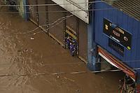 SAO PAULO, SP, 10.12.2014 - ALAGAMENTO SAO PAULO - Forte chuva na região leste da cidade de Sao Paulo provoca alagamento no bairro de Itaquera nesta quarta-feira, 10. (Foto: William Volcov / Brazil Photo Press).