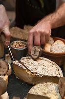 Europe/France/Rhône-Alpes/74/Haute-Savoie/Annecy: restaurant La Ciboulette, service du  plateau des fromages des Savoies -  Tomme crayeuse de Montagne