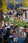 Italien, Suedtirol, Meran: waehrend des Traubenfestivals sind in der Altstadt viele Menschen unterwegs und geniessen die angebotenen lokalen Leckereien | Italy, South-Tyrol, Alto Adige, Merano: Spa Promenade during wine festival, many people are enjoying the local treats