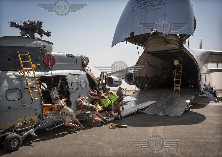 foto: Sven Torfinn. Mali, Bamako, januari 2013. Franse militairen op de luchthaven van Bamako laden militair materieel uit, bestemd voor de strijd tegen de radicaal-islamistische opstandelingen in het noorden.