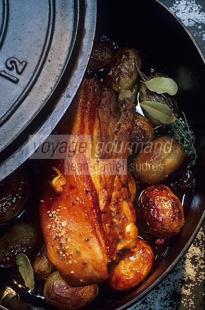 """Europe/France/Pays de la Loire/44/Loire-Atlantique/La Roche-Bernard : Lard d'un cochon fermier, pommes de terre nouvelles et échalotes grises - Recette de Jacques Thorel de """"l'Auberge bretonne"""" //   France, Loire Atlantique, La Roche-Bernard, Auberge Bretonne, beacon of a free range pork, new potatoes, grew shallots, receipe of Jacques Thorel"""