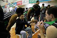 MANIZALEZ -COLOMBIA-06-05-2013. Hernán Giraldo técnico de Academia da instrucciones durante partido contra Once Caldas en la fecha 11 fase II de la  Liga DirecTV de baloncesto Profesional de Colombia realizado en el coliseo Municipal de Caldas./ Academia coach Hernan Giraldo gives directions during match against Once Caldas on the 11th date phase II of  DirecTV professional basketball League in Colombia at Municipal coliseum in Manizales. Photo: VizzorImage/Yonboni/STR