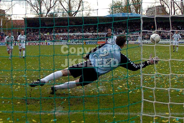 fc groningen - den haag holland casino eredivisie seizoen 2004-2005 31-10-2004 elshot brengt de stand op 3-1 uit strafschop
