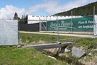 Ein Steg wurde zur Absperrung des Trainingsgeländes aufgebaut - Seefeld 22.05.2021: Trainingslager der Deutschen Nationalmannschaft zur EM-Vorbereitung