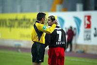 Gelb f¸r Frankfurts Erwin Skela von Schiedsrichter Uwe Kemmling