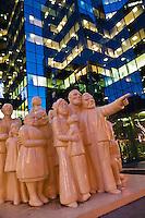 Amérique/Amérique du Nord/Canada/Québec/Montréal: La Foule illuminée est une sculpture réalisée en 1985 par le sculpteur franco-britannique Raymond Mason. L'œuvre d'art a été installée le 25 juin 1986 sur l'esplanade de la Tour McGill