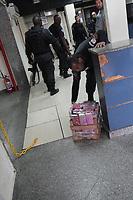 RIO DE JANEIRO, RJ, 23.05.2019: CRIME-RIO - Operação feita pela Polícia Militar do 16. BPM no complexo da Penha na Vila Cruzeiro na zona norte do Rio de Janeiro, nesta quinta-feira (23) onde foi apreendido 60 kg de maconha e uma pistola durante a operação. (Foto: Celso Barbosa/Código19)