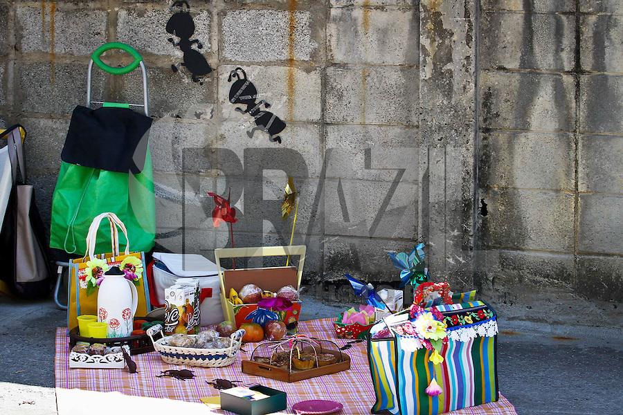 SÃO PAULO,25 AGOSTO 2013 - PIQUENIQUE PQ MOOCA - Os moradores da Mooca, na Zona Leste de São Paulo,  improvisaram neste domingo (25), um piquenique na esquina das ruas Francisco Cipullo e Barão de Monte Santo como forma de protesto pela falta de áreas verdes no bairro o evento foi oorganizado pelo movimento Mooca Verde.FOTO ALE VIANNA - BRAZIL PHOTO PRESS.