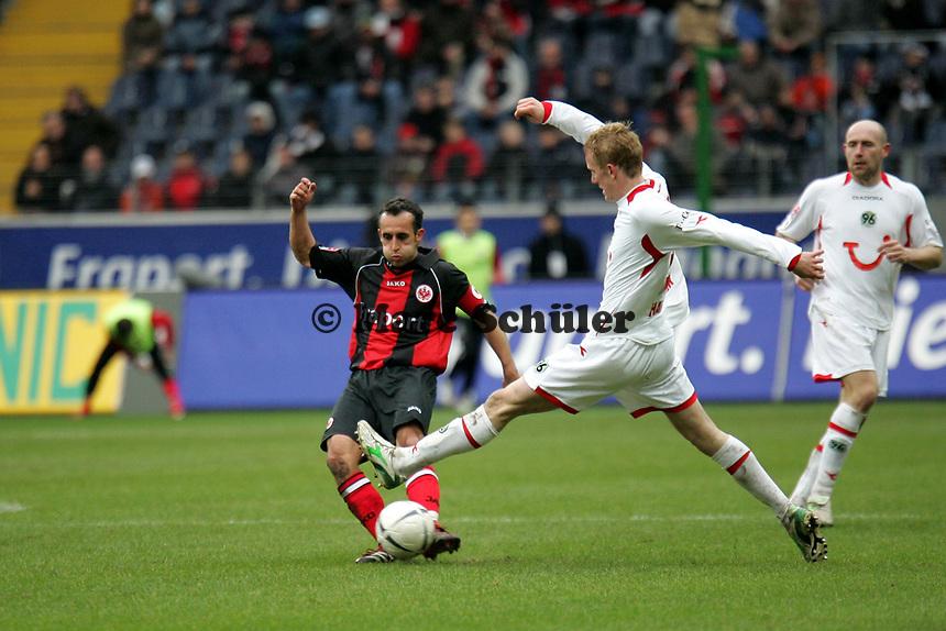 Markus Weissenberger (Eintracht Frankfurt, l.) im Zweikampf mit Jan Rosenthal (Hannover 96) +++ Eintracht Frankfurt vs. Hannover 96, 03.03.2007, Commerzbak Arena Frankfurt +++ Marc Schueler, Am Wolfsberg 11, 64569 Nauheim, 0151/11654988 +++ Bild ist honorarpflichtig. Marc Schueler, Kreissparkasse Grofl-Gerau, BLZ: 50852553, Kto.: 8047714