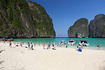Thailand, Krabi Province, Andaman Coast, Ko Phi Phi Island, Phi Phi Lee Island: Maya Bay - popular beach | Thailand, Provinz Krabi, Andamanen Kueste, Ko Phi Phi Insel, Phi Phi Leh Island: Maya Bay - beliebter Strand und Ausflugsziel