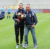 15 Mei 2010 Bekerfinale vrouwen : Sinaai Girls - RSC Anderlecht  : Gave Van Poucke in de bloemetjes gezet.foto DAVID CATRY / Vrouwenteam.be