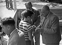Au parc Belmont : les grands gagnants, récompensés par le maire Camillien Houde. Pique-nique annuel des enfants, organisé par la Ville de Montréal. Juillet 1953.