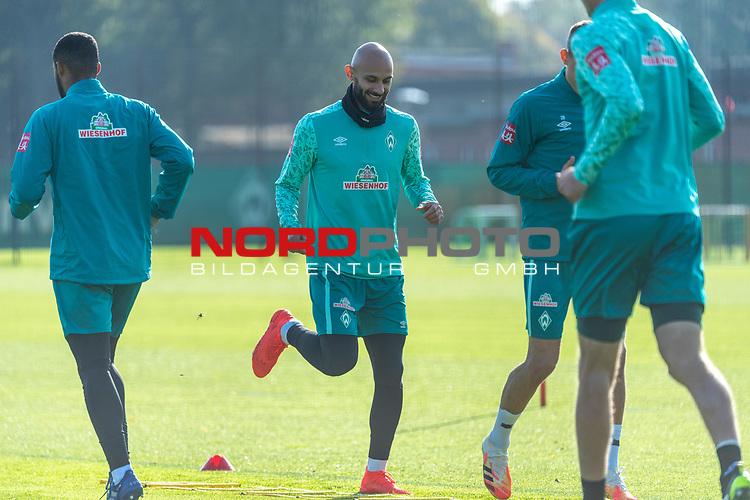 13.10.2020, Trainingsgelaende am wohninvest WESERSTADION - Platz 12, Bremen, GER, 1.FBL, Werder Bremen Training<br /> <br /> <br /> Aufwärmen vor dem Training<br /> Querformat<br /> Ömer / Oemer Toprak (Werder Bremen #21)<br /> <br /> <br /> <br /> Foto © nordphoto / Kokenge