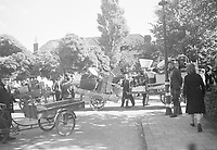 Photo from the NIOD's Huizinga collection. Residents pack their household goods after they were forced to evacuate from the Marlot district in The Hague and from Wassenaar due to launches of V2 rockets.