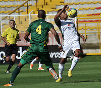 BOGOTA - COLOMBIA-04-05-2013: Wilson Morelo (Der.) jugador de La Equidad, lucha por el balón con Eduar Zea (Izq.) durante partido en el estadio De Techo de la ciudad de Bogota, abril mayo 4 de 2013. La Equidad y Deportes Quindio durante partido por la decimocuarta fecha de la Liga Postobon I. (Foto: VizzorImage / Luis Ramirez / Staff). Wilson Morelo (L) jugador de La Equidad fights for the ball with Eduar Zea (R) during game in the Techo stadium in Bogota City, May 4, 2013, during match for the fourtenth round of the Postobon League I. (Photo: VizzorImage / Luis Ramirez / Staff)..