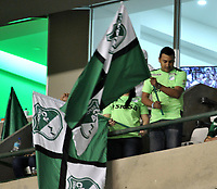 CALI - COLOMBIA – 14 - 06 - 2017: Hinchas de Deportivo Cali, animan a su equipo, durante partido de ida de la final entre Deportivo Cali y Atletico Nacional, por la Liga Aguila I-2017, jugado en el estadio Deportivo Cali (Palmaseca) de la ciudad de Cali. / Fans of Deportivo Cali, cheer for their team, during a match of the first leg of the finals between Deportivo Cali and Atletico Nacional, for the Liga Aguila I-2017 at the Deportivo Cali (Palmaseca) stadium in Cali city. Photo: VizzorImage  / Luis Ramirez / Staff.
