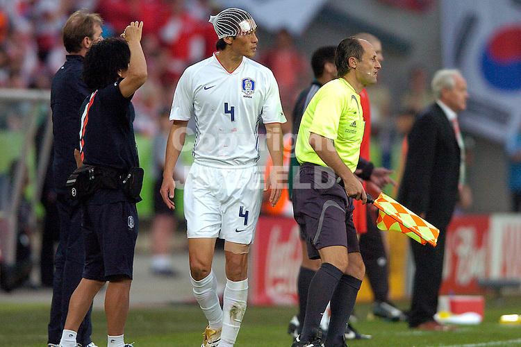 hannover, 23-06-2006, zwitserland - zuid korea coi met haarnetje na hoofdwond