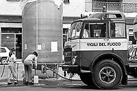 - Casale Monferrato, distribuzione pubblica di acqua potabile a causa dell'inquinamento della falda e dell'acquedotto (aprile 1986)....- Casale Monferrato, public distribution of drinking water because of pollution of groundwater and aqueduct (April 1986)