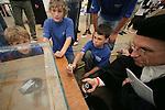 Foto: VidiPhoto..ARNHEM - Enkele duizenden leerlingen van 240 scholen uit heel Nederland hebben donderdag op het terrein van het Nederlands Openluchtmuseum in Arnyhem deelgenomen aan het Techniek Toernooi 2008; de grootste landelijke techniekwedstrijd voor alle groepen van de basisschool. De scholieren moesten onder meer een hijskraan van rietjes, een duikboot (foto) en een waterraket bouwen.