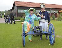"""EAGLES GOLF CHARITY GOLF CUP - Golfpark Seehausen bei Leipzig - im Bild: Kanonenstart / Böllerschuss - Elke Sommer musste sich die Kanone und den """"dicken Mann in Uniform"""" aus der Nähe anschauen. Foto: Norman Rembarz..Norman Rembarz , Autorennummer 41043728 , Holbeinstr. 14, 04229 Leipzig, Tel.: 01794887569, Hypovereinsbank: BLZ: 86020086, KN: 357889472, St.Nr.: 231/261/06432 - Jegliche kommerzielle Nutzung ist honorar- und mehrwertsteuerpflichtig! Persönlichkeitsrechte sind zu wahren. Es wird keine Haftung übernommen bei Verletzung von Rechten Dritter. Autoren-Nennung gem. §13 UrhGes. wird verlangt. Weitergabe an Dritte nur nach  vorheriger Absprache.."""