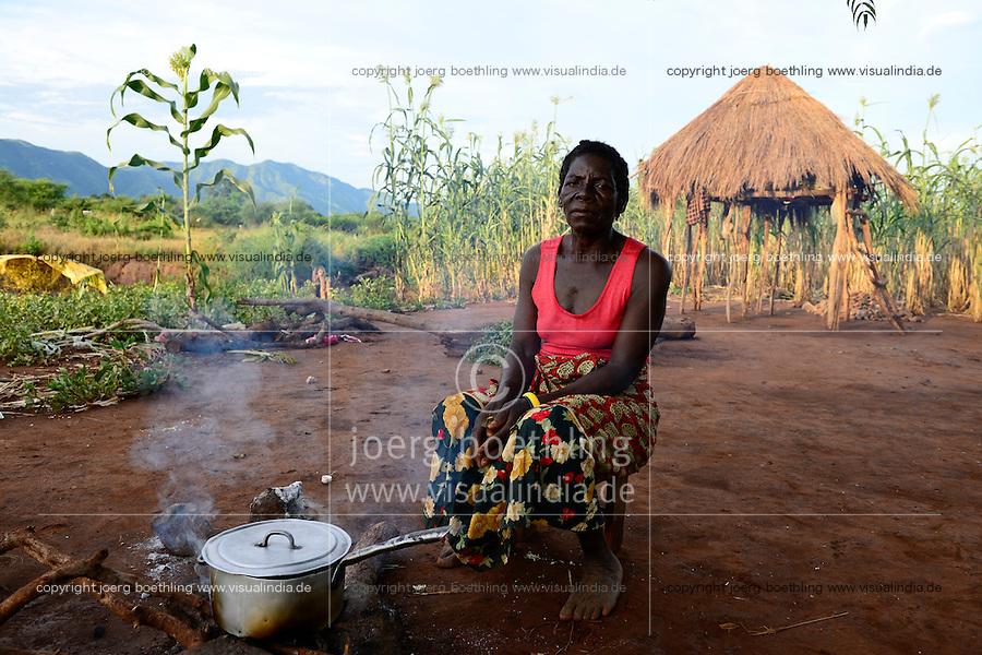 Zambia Chiawa, farmer woman living in Game Reserve Area of Lower Zambezi Nationalpark, the village is often attacked by wild animals, woman guard her maize field / SAMBIA Chiawa, Doerfer im Game Reserve Area des Lower Zambezi Nationalpark, die Dorfbewohner und ihre Felder werden haeufig von Wildtieren attackiert, Frau Ekrin Mpona bewacht ihr Maisfeld