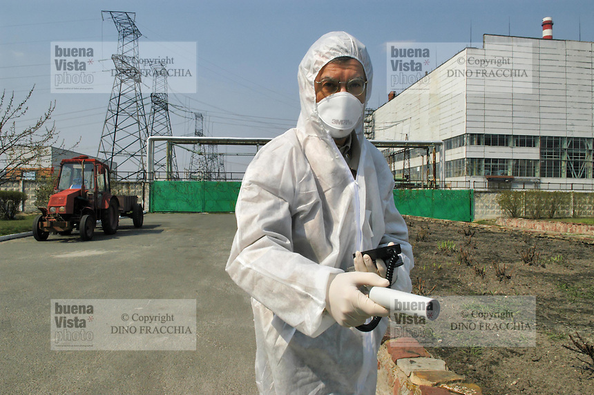 - 20 years from the nuclear incident of Chernobyl, radioactivity control in front of the power station....- 20 anni dall'incidente nucleare di Chernobyl, controllo della radioattività davanti alla centrale