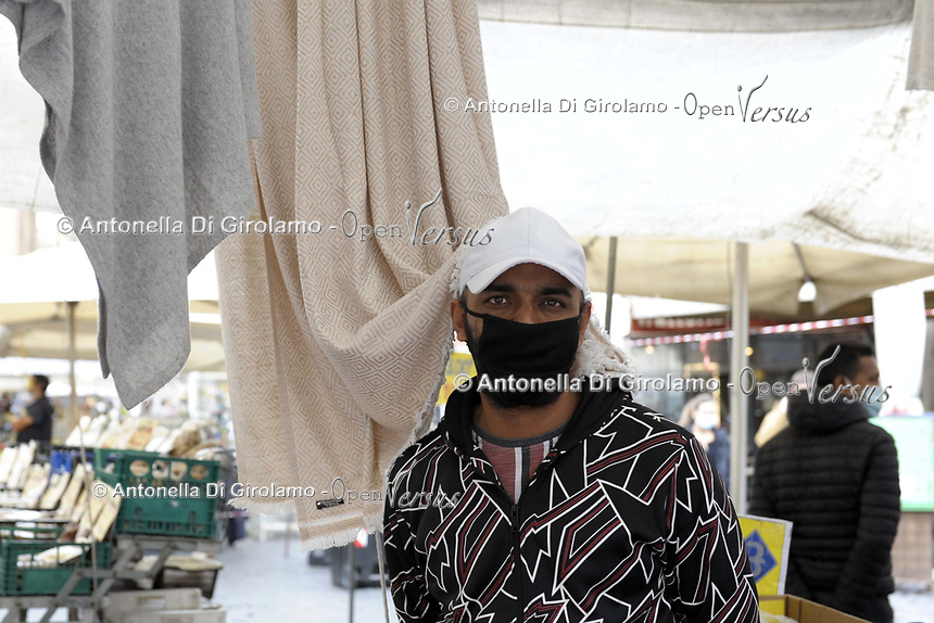 CoviTime.<br /> Roma al tempo del Coronavirus. Scene di vita quotidiana nel mercato di Campo de' Fiori.<br /> Covi Time.<br /> Rome at the time of the Coronavirus. <br /> Images of daily life in Campo de' Fiori market.