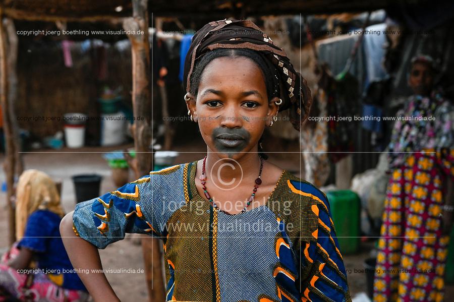 MALI, Bamako, IDP camp Niamana, after ethnic clashes between Peulh and Dogon many people left their villages and took shelter in Niamana, Peulh women with indigo ink painted face / Flüchtlingslager Niamana, Peul Fluechtlinge aus der Region Mopti, Frau mit Indigo Farbe bemaltem Gesicht, zwischen den Ethnien Peul und Dogon kam es in der Region Mopti zu gewaltsamen Auseinandersetzungen