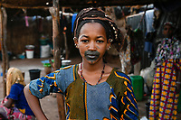 MALI, Bamako, IDP camp Niamana, after ethnic clashes between Peulh and Dogon many people left their villages and took shelter in Niamana, Peulh women with indigo ink painted face / Flüchtlingslager Niamana, Peul Fluechtlinge aus der Region Mopti, Frau mit Indigo Farbe bemaltem Gesicht, zwischen den Ethnien Peul und Dogon kam es in der Region Mopti zu gewaltsamen Auseinandersetzungen