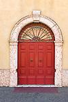 Italy, Veneto, Lake Garda, Peschiera del Garda: door in old town   Italien, Venetien, Gardasee, Peschiera del Garda: Altstadt - Tuer