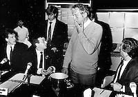 1983,Rotterdam,ABN Tennis,Toon Hermans maakt een goocheltruc tijdens de loting die daardoor opnieuw moest worden verricht, Eric Savalle, Jan van Vliet (L) en toernooi directeur Wim Buitendijk (R) kijken verschrikt toe.