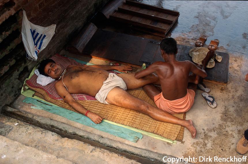 Indien, Kalkutta (Kolkata), am Babu Ghat, Massage