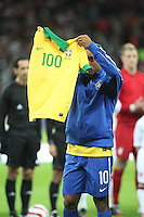 LONDRES, INGLATERRA, 06 DE FEVEREIRO 2013 - AMISOTOSO INGLATERRA X BRASIL Ronaldinho Gaucho recebeu das mãos do presidente da CBF, José Maria Marin,homenagem de 100 jogos com Seleção Brasileira recebeu a camisa número 100.- em partida amistosa realizada no Estádio de Wembley, em Londres, Inglaterra, nesta quarta-feira. FOTO: GUILHERME ALMEIDA - BRAZIL PHOTO PRESS.