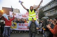 - Milano, manifestazione in via Imbonati a sostegno dei lavoratori stranieri saliti su una ciminiera per protesta contro le leggi sull'immigrazione<br /> <br /> - Milan, demonstration in support of foreign workers who climbed up a smokestack in protest against immigration laws