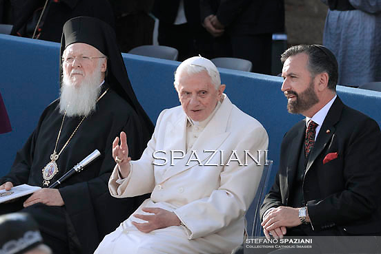 """the archbishop of Constantinople Bartelomeo I, Pope Benedict XVI, the representative for Israel rabbi, Rabbi David Rosenleads during the day the 25th Interreligious talks, a """"journey of reflection, dialogue and prayer for peace and justice in the world"""" held in St. Francis of Assisi's birthplace,  October 27, 2011 in Assisi.Italy"""