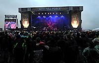 Das Festival With Full Force geht in die 18. Runde. 60 Bands aus der Hardcore-, Punk- und Metallszene haben sich auf dem haertesten Acker Deutschlands nahe Roitzschjora versammelt. Dazu gesellen sich nach Angaben der Veranstalter  fast 30000 Besucher aus aller Welt. Drei Tage lassen die Bands ihre stromgestaehlten Gitarren gluehen und pusten per Mega-Boxenwand das Gras von der Landebahn des Sportflugplatzes. im Bild: Atmo / Atmosphäre / Übersicht von der Hauptbühne beim Konzert von Kreator.  Foto: aif / Alexander Bley