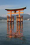 Japan, Chūgoku (Southwest Honshu), Hiroshima Prefecture, Miyajima Island: The floating Miyajima torii gate of Itsukushima Shrine | Japan, Chūgoku (Suedwest Honshu), Praefektur Hiroshima, Miyajima Island: Torii des Itsukushima-Schreins