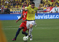BARRANQUILLA -COLOMBIA, 10-NOVIEMBRE-2016. James Rodriguez jugador de Colombia disputa el balón con  Chile durante el  encuentro  por las eliminatorias al mundial de Rusia 2018  disputado en el estadio Metropolitano Roberto Meléndez de Barranquilla./James Rodriguez Colombia player fights for the ball with Chile during the qualifying match for the 2018 World Championship in Russia Metropolitano Roberto Melendez stadium in Barranquilla . Photo:VizzorImage / Felipe Caicedo  / Staff