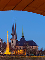 Gotische Kathedrale Notre Dame und Mahnmal Gëlle Fra auf der Place de la Constitutio, Luxemburg-City, Luxemburg, Europa, UNESCO-Weltkulturerbe<br /> Gothic cathedral Notre Dame and memorial Gëlle Fra at Place de la Constitutio, Luxembourg, Luxembourg City, Europe, UNESCO world heritage