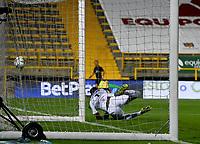 BOGOTA - COLOMBIA, 20-09-2021: Harlen Castillo Deportivo Pereira no puede detener el disparo de Pablo de Lima (Fuera de Cuadro) al anotar gol, durante partido entre La Equidad y Deportivo Pereira de la fecha 10 por la Liga BetPlay DIMAYOR II 2021, jugado en el estadio Metropolitano de Techo en la ciudad de Bogota. / Harlen Castillo Deportivo Pereira cannot stop Pablo de Lima's shot (Out of Frame) when he scores a goal, during a match between La Equidad and Deportivo Pereira of the 10th date for BetPlay DIMAYOR II 2021 League at the Metropolitano de Techo stadium in Bogota city.  / Photo: VizzorImage / Samuel Norato / Cont.