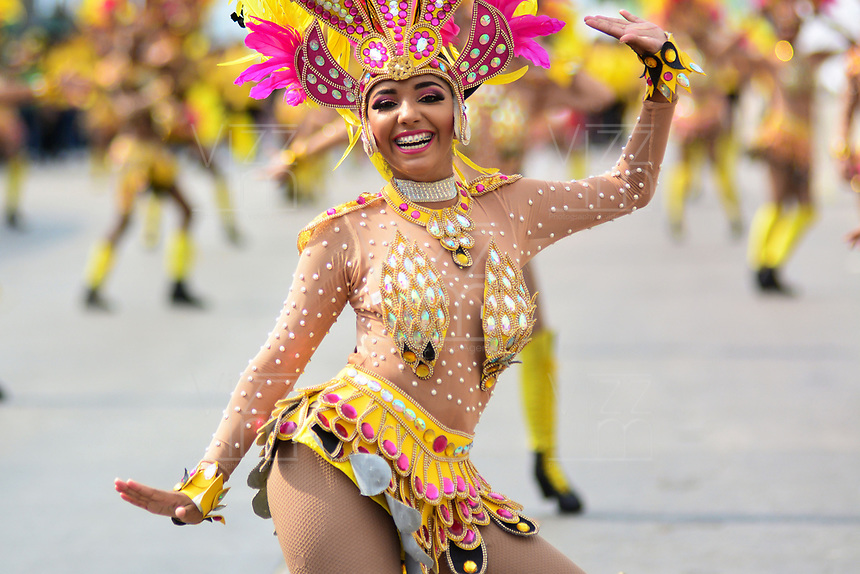 BARRANQUILLA - COLOMBIA, 04-03-2019: Bailarines con vestidos de fantasía animan la fiesta durante el desfile Gran Parada de Fantasia del Carnaval de Barranquilla 2019, patrimonio inmaterial de la humanidad, que se lleva a cabo entre el 2 y el 5 de marzo de 2019 en la ciudad de Barranquilla. / A dacers with a fantasy dress cheer the party during the Gran Parada de Fantasia as part of the Barranquilla Carnival 2019, intangible heritage of mankind, that be held between March 2 to 5, 2019, at Barranquilla city. Photo: VizzorImage / Alfonso Cervantes / Cont.