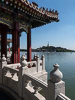 Fünfdrachenpavillons und Dagoba  im BeiHai Park, Peking, China, Asien<br /> Fivedragon-Pavilion and Dagoba in Beihai Park, Beijing, China, Asia