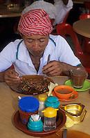 Asie/Malaisie/Bornéo/Sarawak/Kuching: Femme dans un restaurant populaire