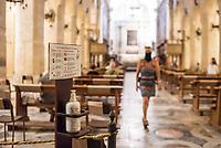 Desinfektionsmittel fuer Besucher in der Kathedrale von Syrakus (Cattedrale metropolitana della Natività di Maria Santissima) in der Stadt Siracusa (Syracus) auf Sizilien.<br /> 22.7.2020, Siracusa<br /> Copyright: Christian-Ditsch.de<br /> NUR FUER REDAKTIONELLE ZWECKE! Werbung nur auf Anfrage beim Fotografen. [Inhaltsveraendernde Manipulation des Fotos nur nach ausdruecklicher Genehmigung des Fotografen. Vereinbarungen ueber Abtretung von Persoenlichkeitsrechten/Model Release der abgebildeten Person/Personen liegen nicht vor. NO MODEL RELEASE! Don't publish without copyright Christian-Ditsch.de, Veroeffentlichung nur mit Fotografennennung, sowie gegen Honorar, MwSt. und Beleg. Konto: I N G - D i B a, IBAN DE58500105175400192269, BIC INGDDEFFXXX, Kontakt: post@christian-ditsch.de<br /> Bei der Bearbeitung der Dateiinformationen darf die Urheberkennzeichnung in den EXIF- und  IPTC-Daten nicht entfernt werden, diese sind in digitalen Medien nach §95c UrhG rechtlich geschuetzt. Der Urhebervermerk wird gemaess §13 UrhG verlangt.]