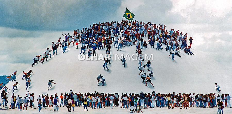 Manifestantes escalam a cupula do Senado Federal em protesto contra emendas a CLT. Brasilia. Distrito Federal. 1993. Foto de Sergio Amaral.