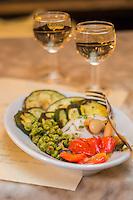 Italie, Vénétie, Venise:  Bacaro: Osteria da Codroma,  service des Cicchetti : Contorno misto di verdure , légumes mélangés  // Italy, Veneto, Venice: